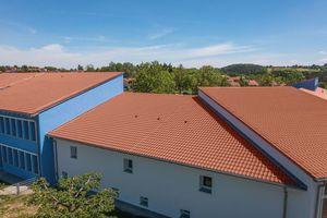 """Der """"E 58 RS"""" von Erlus war aufgrund seiner technischen Merkmale für die vorliegenden Dachneigungen von 17° und 12° gut geeignet<br />"""