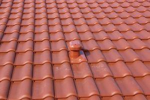 """Neben den Dachziegeln von Erlus kam auch Dachzubehör aus dem Sortiment des Herstellers zum Einsatz, hier der mit HW 5 zertifizierte """"Alu-System Sanitärlüfter 125"""" aus korrosionsbeständigem Aluminium"""