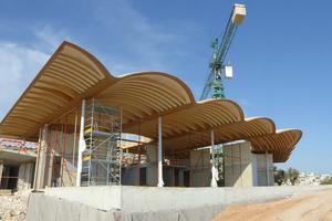 Die Wellenberge der Dachkonstruktion werden aus 187 Sekundärbalken geformt. Das Standardmaß der Bogenbinder ist 12/50cm, die Maße variieren von den statischen Anforderungen