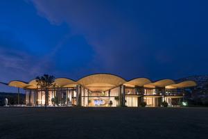 Das Holzdach der Villa lässt an die Wellen des Meeres denken