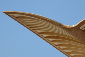 Das Farbspiel der Dachkonstruktion entsteht durch die unterschiedlichen Holzarten