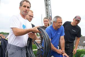 Der Creaton-Photovoltaik-Experte David Vockeroth (links im Bild) unterstützte das Team der Dachdeckerei Gläßner beim Einbau der PV-Anlage