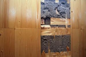 """Nachträglich aufgeschnittenen Wand zum Einbau eines Schaltkastens: Hier sieht man die optimale Verteilung der Zellulose innerhalb der Baukasten-Module<span class=""""bildnachweis"""">Fotos: Franz Poorten GmbH</span>"""