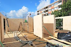 Einblasen der Steko-Wände mit Isocell-Zellusosedämmstoff im Mehrschlaucheinblasverfahren Foto: Franz Poorten GmbH