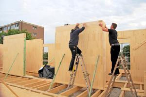 Zurechtrücken und auflegen eines Rähmholzes auf Steko-Wände