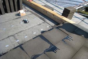 Die Bauzeitabdichtung ist aufgebracht, dann werden die Dämmplatten vollflächig und vollfugig in Heißbitumen verlegt