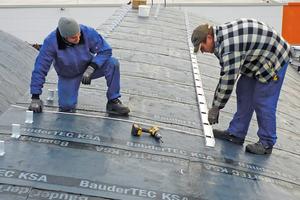 """Mit Hilfe einer Setz- und Führungsschiene werden die Verbundclips der Alueindeckung wärmebrückenfrei verschraubt <span class=""""bildnachweis"""">Fotos: Foamglas</span>"""