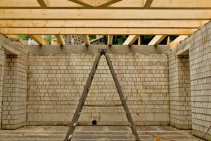 An der größten Baustelle, dem Eiskeller, wurde von Steingewerklern der Feldstein gemauert, ein Schmied goss den Ringanker und Zimmerer konstruierten ein sechseckiges Flachdach