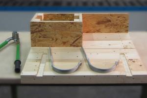 Die Finalteilnehmer bekamen ein Holzmodell und die dazugehörigen Bleche, um das Werkstück zu fertigen ...