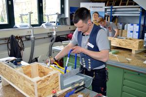 """Handwerkskunst war gefragt, bei der Fertigung eines Dachmodells mit Pultdach, Rinne und Stehfalzen<span class=""""bildnachweis"""">Fotos: Rheinzink</span>"""