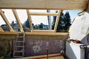 Rechts: Einbau der Wechsel für das große Dachfenster