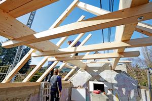 """Montage des neuen Dachstuhls. Die Mittelpfetten aus 14 cm x 40 cm hohen Holzleimbindern lagern in Taschen in den Giebelwänden<span class=""""bildnachweis"""">Fotos: Lars Behrendt</span>"""