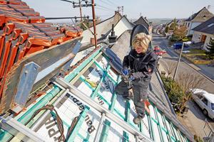 """<span class=""""bildnachweis""""><strong>Dacheindeckung mit schwarz engobierten Ziegeln und Sicherung mit Sturmhaken</strong><br />Fotos: Lars Behrendt</span>"""