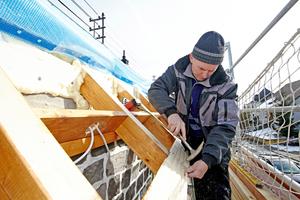 Der Dachüberstand erhielt eine Verschalung aus Nut- und Federbrettern