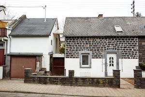 """Die mit Asbestschindeln eingedeckte Dachfläche der Doppelhaushälfte vor der Sanierung<span class=""""bildnachweis"""">Foto: Lars Behrendt</span>"""