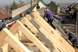 Oben: Anlieferung der Hölzer für den neuen Dachstuhl