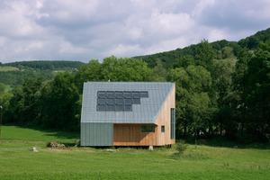 Das Wohnhaus wurde am Fuße eines Richtung Süden ansteigenden bewaldeten Abhangs errichtet