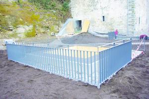 """Um die Lichthöfe ermöglicht die """"Zinco-Geländerbasis"""" die Befestigung der Geländer ganz ohne Durchdringung der Dachabdichtung<span class=""""bildnachweis"""">Foto: Zinco</span>"""