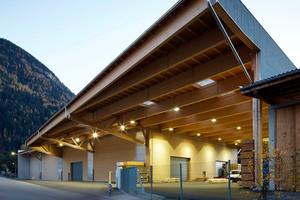 """Das Dach kragt an der Stirnseite zum Bestandsgebäude und zur Straßenseite hin knapp 15 m weit aus <span class=""""bildnachweis"""">Foto: Holzbau Saurer/Müller</span>"""