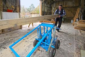 Rechts: Ladegut auf die Walze legen, Schwerpunkt über die Walze schieben, Pedal treten: eine horizontale Lastebene entsteht