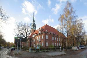 """Denkmalgeschützt: die Kirche, der Mittelbau und das Pastorat der Kieler Luthergemeinde<span class=""""bildnachweis"""">Fotos: Dachziegelwerke Nelskamp</span>"""