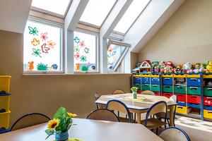 Kniebockfenster von Fakro sorgen für viel natürliches Licht für die Räume des Kindergartens<br />