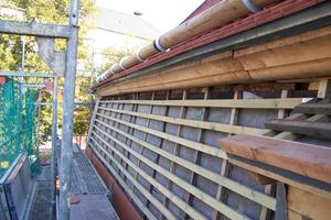 Das Mansardwalmdach während der Dachdeckerarbeiten