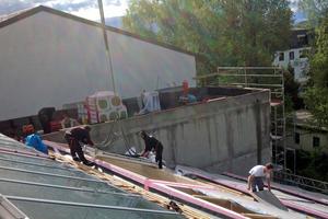 Die Oberlichter wurden mit dem Autokran aufs Dach gehievt