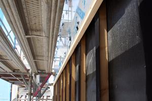 Mit einer Lattung wurde die Nulllinie rings herum um das Gebäude festgelegt, daran orientierten sich die Handwerker beim Ausrichten der Platten
