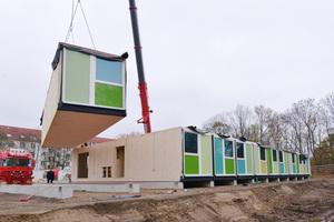 In Hannover-Linden wurden die Holzmodule für die Flüchtlingssiedlung vor Ort aufgestellt