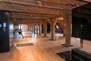 """Das historische Gebälk wurde freigelegt und in den neuen Büro- und Seminarräumen als ursprüngliche Holzkonstruktion sichtbar gelassen<span class=""""bildnachweis"""">Foto: Konbau GmbH</span>"""