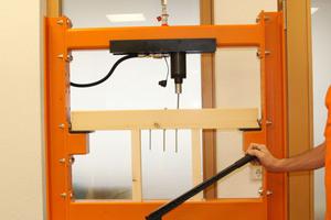 Bei einem Auszugstest wird eine Teilgewindeschraube mit Senkkopf (8 x 200 x 14,8 mm) mittels hydraulischer Presse auf Kopfdurchzug getestet. Der maximale Lastwert (Kopfdurchzug) liegt bei 5,0 kN. Im Vergleich dazu steht eine Teilgewindeschraube (mitte) mit Tellerkopf sowie eine Doppelgewindeschraube Heco-TOPIX-CC (links)Fotos: Heco