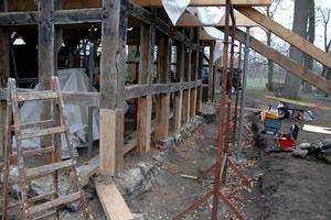 Die Ständer wurden bis auf das gesunde Holz abgesägt, zimmermannsmäßig überplattet, verleimt und mit Holzdübeln gesichert