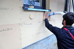 """Nach der Fassadenmontage erfolgt die Holzfaser-Einblasdämmung mit Gutex-Thermofibre <span class=""""bildnachweis"""">Foto: Gutex </span>"""