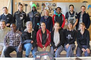 """Im Flüchtlingsprojekt """"sur.viva – [be]come home"""" arbeitet eine Gruppe von Architekturstudenten gemeinsam mit Flüchtlingen und Auszubildenden der Firma Baufritz an mobilen Wohnunterkünften aus Holz <br />"""