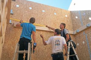 """Die Zimmerleute arbeiten Hand in Hand, um das Kinderhaus in Baiersbronn fertigzustellen. Auf dem Bild sind Zimmerleute der Zimmerei Schleh und von Holzbau Haist zu sehen<span class=""""bildnachweis"""">Foto: Zimmerei Schleh</span>"""