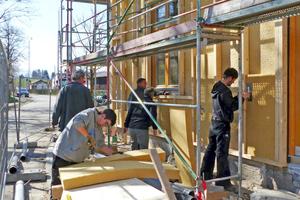 Damit alles perfekt passt, schneiden die Handwerker die flexiblen Gefachdämmmatten aus Holzfasern direkt auf der Baustelle zu