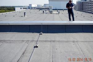 """Dachhandwerker bei der Überprüfung eines Flachdaches auf Leckagen<span class=""""bildnachweis"""">Fotos: Hum-ID</span>"""