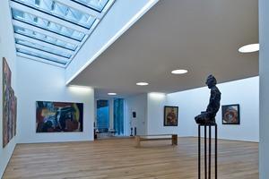 """Der große stützenfreie Ausstellungsraum im Obergeschoss, dessen Exponate durch die Lichtbänder im Dach direkt beleuchtet werden<span class=""""bildnachweis"""">Foto: Rheinzink</span>"""