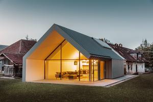 Mit ihrem Lebenspartner Sorosi Zsolt hat Kalóczki Éva mit Sichtbeton, Glas, Metalldach und -fassaden ein Kompetenzzentrum für Architektur geschaffen   Foto: Prefa/Croce&Wir