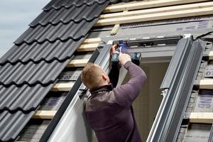 Nach Ausbau des Fensterflügels und Entfernen des Markisenkastens den Dämmkeil auf Fensteroberseite entfernen<br />