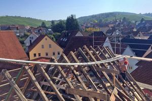 """<span class=""""bildnachweis"""">Rechts unten: <strong>Zimmerermeister Tobias Herbrich hat ein neues Pfettendach auf dem Wohnhaus errichtet</strong></span><span class=""""bildnachweis"""">Foto: Christina Just</span>"""