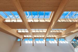 Insgesamt 64 einzelne Module des Oberlicht-Systems ergeben vier etwa 20m lange Lichtbänder. Die innen liegenden Sonnenschutz-Rollos sorgen für angenehme Temperaturen im Sommer