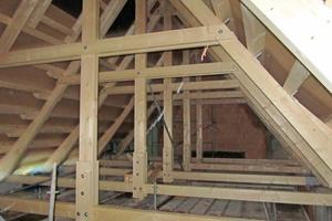 Den Dachstuhl der Scheune errichteten die Zimmerleute wieder aus Dreiecksbindern, die Anzahl musste allerdings gemäß der Statik verdoppelt werden <br />