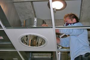 """Ausrichtung des Lichtauslasses in der abgehängten Decke <span class=""""bildnachweis"""">Fotos: Kai Doffing</span>"""