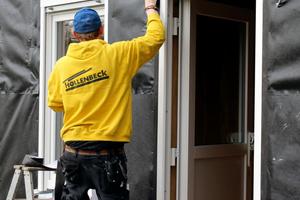 Links: Die Fassadenfolie wird in allen Fenster- und Türbereichen luftdicht angeklebt
