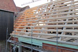 Der Dachstuhl des Satteldaches war mit Eternit-Platten belegt, deshalb wurde das komplette Dach zurück- und wieder neu aufgebaut. Gut zu sehen sind hier die Koppelpfetten