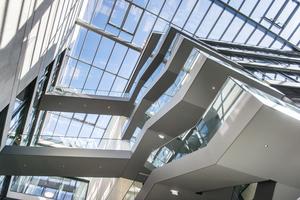 In einer Höhe von 22 m sind die Träger des Glasdachs montiert Foto: Lamilux