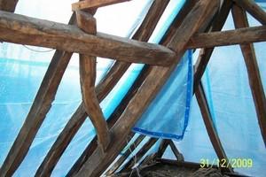 Mit großem handwerklichen Geschick wurden die Sparren des Mansard-Walmdaches aufgedoppelt, um eine ebenmäßige Dachfläche zu erreichen