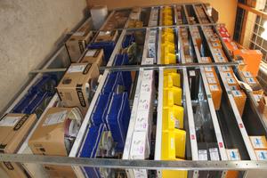 Rechts: Das gleiche Materiallager nach der Optimierung, Materialkärtchen sorgen für Transparenz